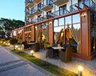 Teilansicht Villa Rezydent mit Straßencafé zum Draußensitzen